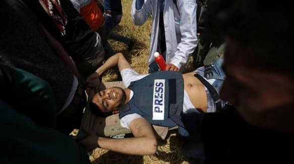 Centinaia di palestinesi ai funerali del fotoreporter palestinese Yasser Murtaja, 31 anni, morto dopo essere stato colpito da un cecchino israeliano